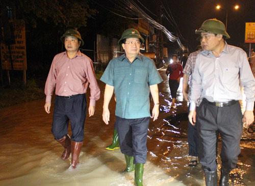 Miền Trung chìm trong biển nước, Phó Thủ tướng họp khẩn trong đêm - 1
