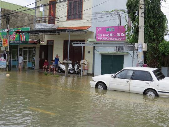 """Lần đầu tiên TP Đồng Hới ngập sâu, người dân """"câu"""" cá trong nhà - 12"""