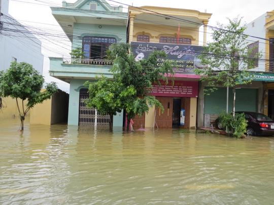 """Lần đầu tiên TP Đồng Hới ngập sâu, người dân """"câu"""" cá trong nhà - 13"""