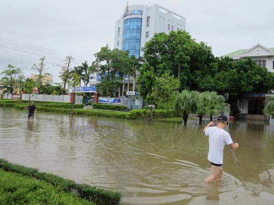 """Lần đầu tiên TP Đồng Hới ngập sâu, người dân """"câu"""" cá trong nhà - 2"""