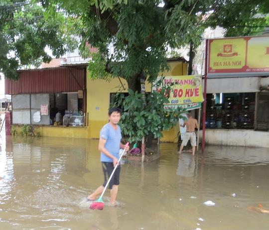 """Lần đầu tiên TP Đồng Hới ngập sâu, người dân """"câu"""" cá trong nhà - 7"""