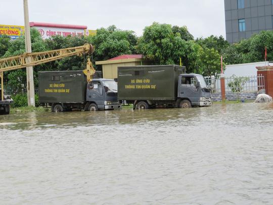"""Lần đầu tiên TP Đồng Hới ngập sâu, người dân """"câu"""" cá trong nhà - 8"""