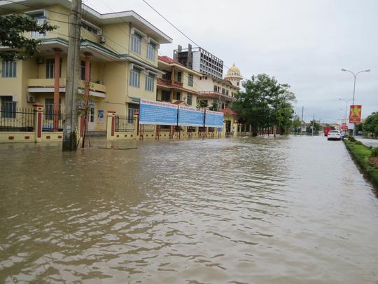 """Lần đầu tiên TP Đồng Hới ngập sâu, người dân """"câu"""" cá trong nhà - 10"""