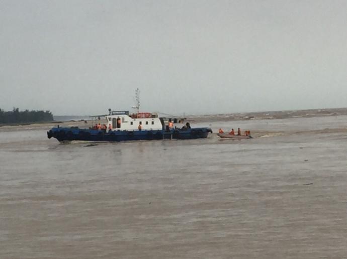 Cứu thành công 4 thuyền viên trên tàu mắc cạn - 2