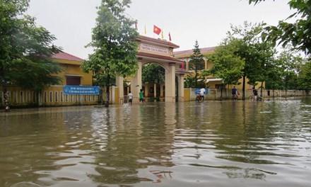 Tất cả trường học ở Quảng Bình ngập nước, 3 học sinh mất tích - 1