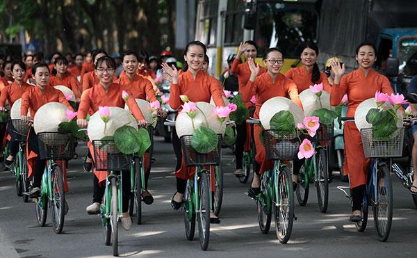 50 nữ sinh mặc áo dài rực rỡ dạo phố mùa thu Hà Nội - 1