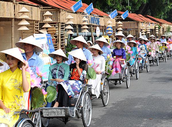 50 nữ sinh mặc áo dài rực rỡ dạo phố mùa thu Hà Nội - 3