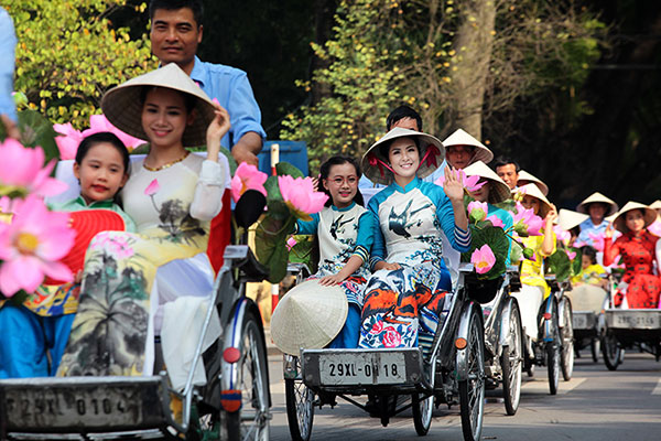 50 nữ sinh mặc áo dài rực rỡ dạo phố mùa thu Hà Nội - 5