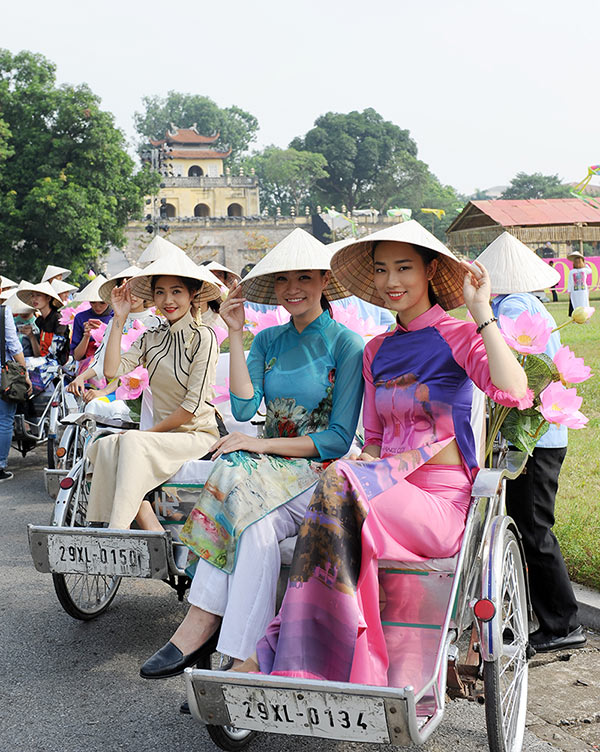 50 nữ sinh mặc áo dài rực rỡ dạo phố mùa thu Hà Nội - 4