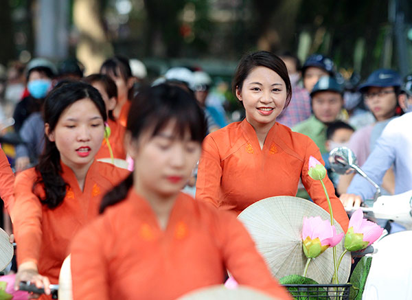 50 nữ sinh mặc áo dài rực rỡ dạo phố mùa thu Hà Nội - 7