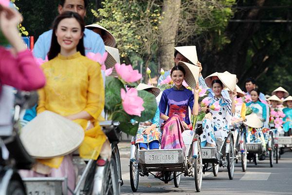 50 nữ sinh mặc áo dài rực rỡ dạo phố mùa thu Hà Nội - 9