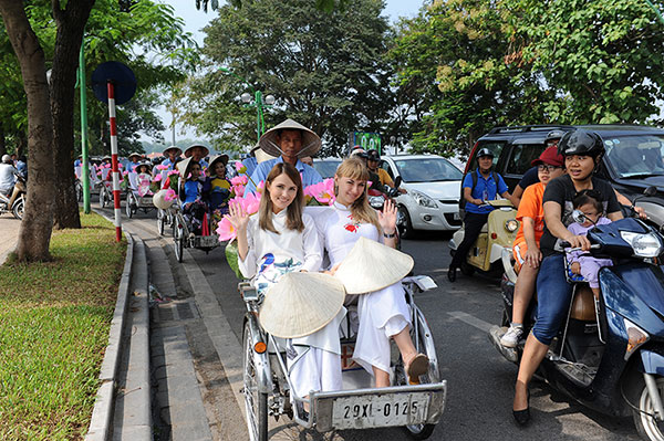 50 nữ sinh mặc áo dài rực rỡ dạo phố mùa thu Hà Nội - 10