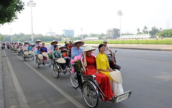 50 nữ sinh mặc áo dài rực rỡ dạo phố mùa thu Hà Nội - 8