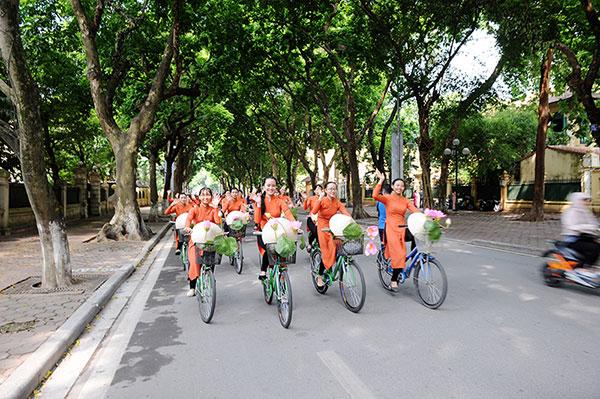 50 nữ sinh mặc áo dài rực rỡ dạo phố mùa thu Hà Nội - 6