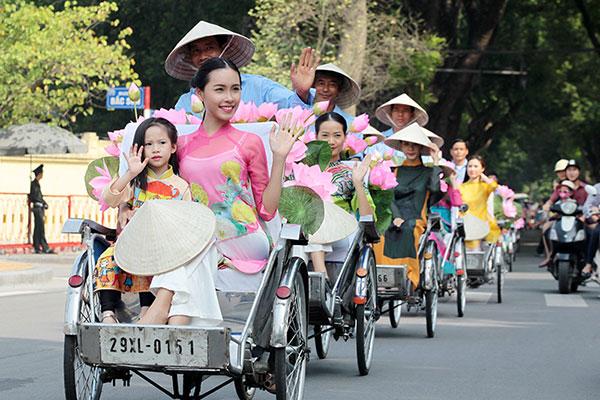 50 nữ sinh mặc áo dài rực rỡ dạo phố mùa thu Hà Nội - 11