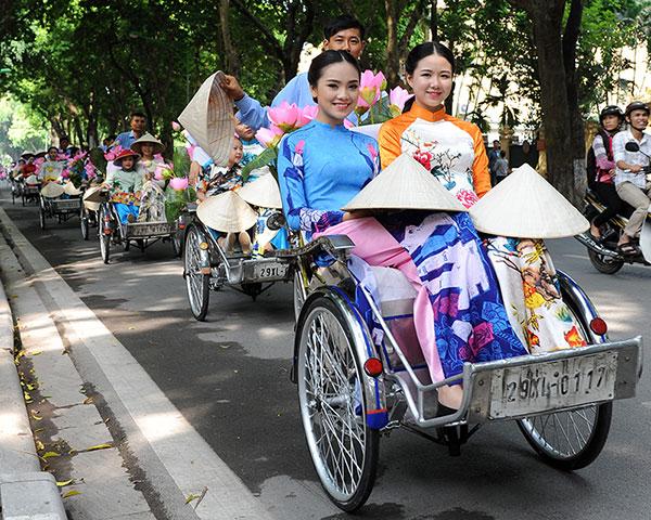 50 nữ sinh mặc áo dài rực rỡ dạo phố mùa thu Hà Nội - 12