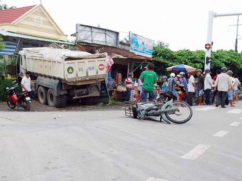 Xe tải mất lái tông sập hiệu thuốc tây - 1