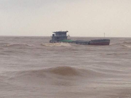 Nỗ lực tìm kiếm 5 thuyền viên mất tích ở Quảng Bình - 1