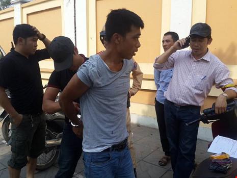 Nam thanh niên thấy cảnh sát liền... vứt xe bỏ chạy - 1