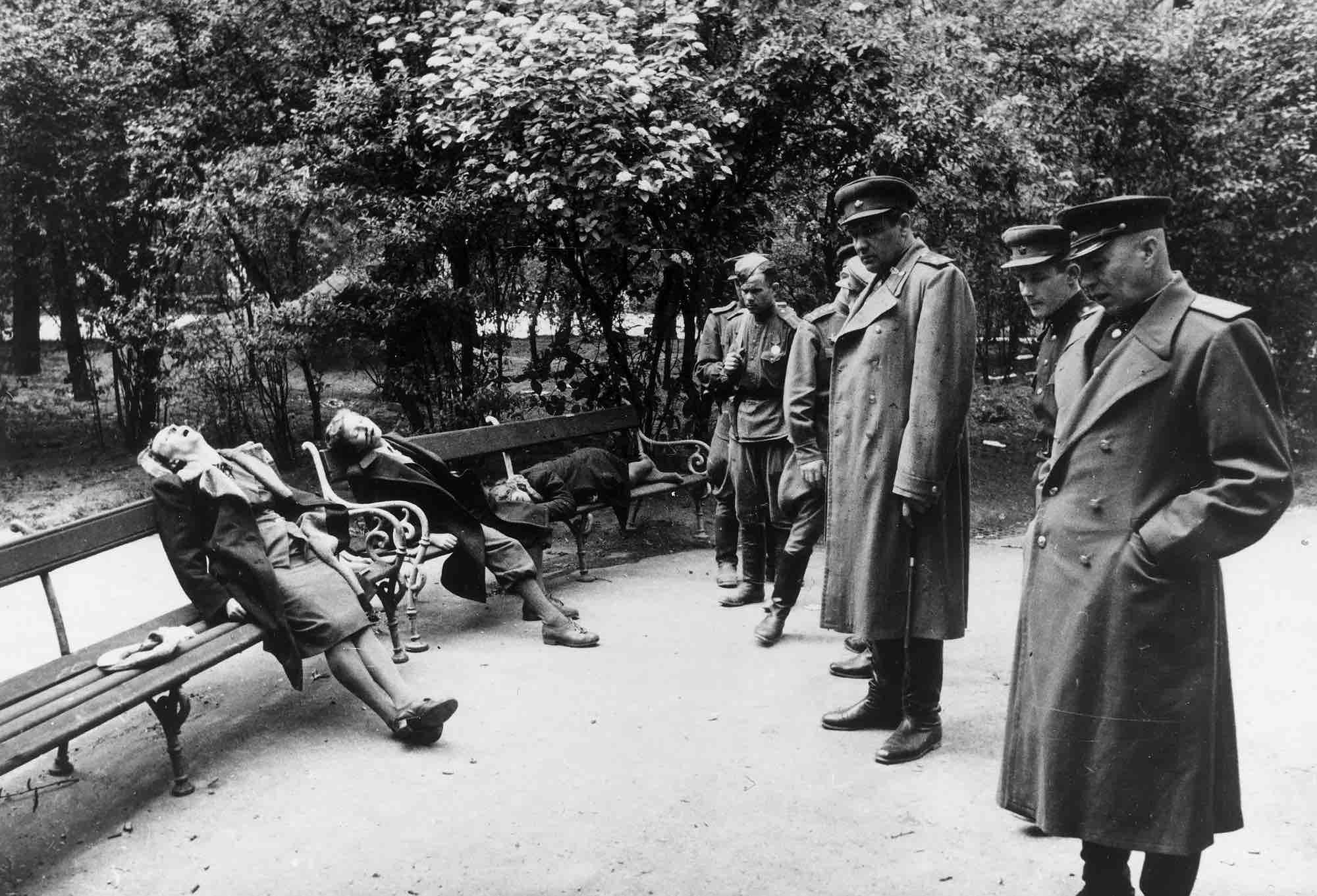 Khủng khiếp vụ 1.000 người tự sát trong 72 giờ tại Đức - 1