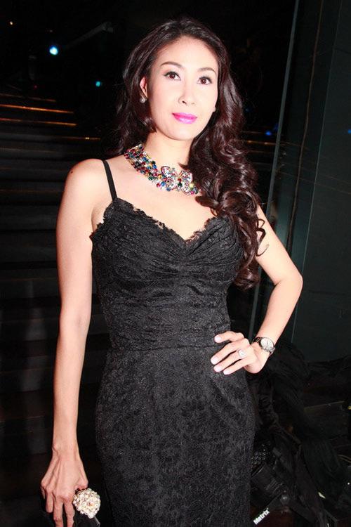 Choáng ngợp cuộc sống xa hoa của hoa hậu Việt đăng quang trẻ tuổi nhất - 14