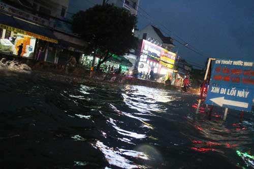 TPHCM: Mưa kết hợp với triều cường, nước chảy ào ạt vào nhà dân - 6