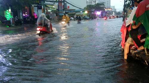 TPHCM: Mưa kết hợp với triều cường, nước chảy ào ạt vào nhà dân - 2