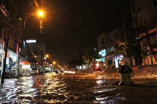 TPHCM: Mưa kết hợp với triều cường, nước chảy ào ạt vào nhà dân - 5