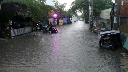 TPHCM: Mưa kết hợp với triều cường, nước chảy ào ạt vào nhà dân - 4