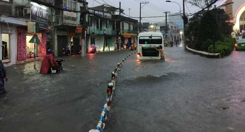 TPHCM: Mưa kết hợp với triều cường, nước chảy ào ạt vào nhà dân - 1