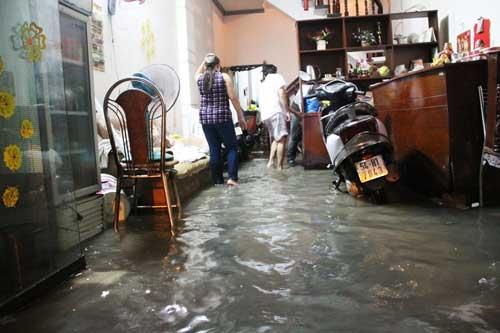 TPHCM: Mưa kết hợp với triều cường, nước chảy ào ạt vào nhà dân - 11
