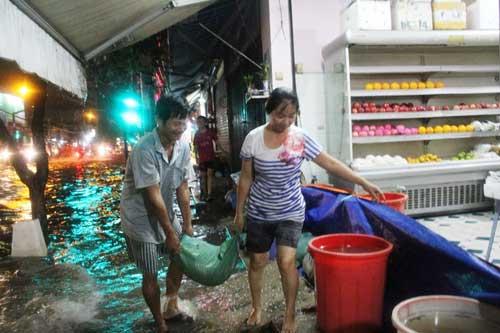 TPHCM: Mưa kết hợp với triều cường, nước chảy ào ạt vào nhà dân - 9