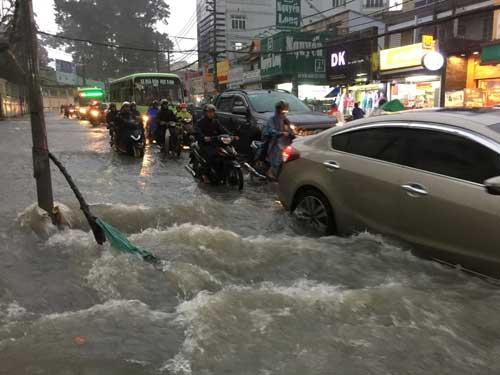 TPHCM: Mưa kết hợp với triều cường, nước chảy ào ạt vào nhà dân - 12
