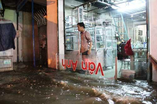 TPHCM: Mưa kết hợp với triều cường, nước chảy ào ạt vào nhà dân - 10