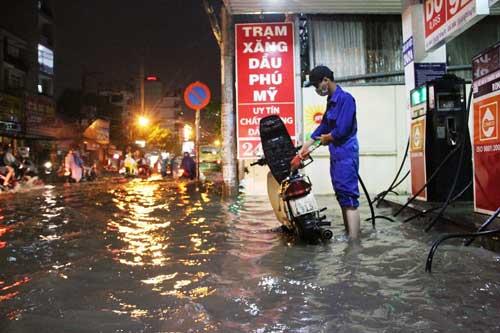 TPHCM: Mưa kết hợp với triều cường, nước chảy ào ạt vào nhà dân - 8