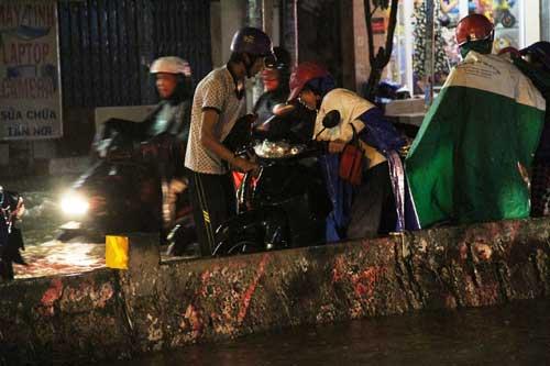 TPHCM: Mưa kết hợp với triều cường, nước chảy ào ạt vào nhà dân - 7