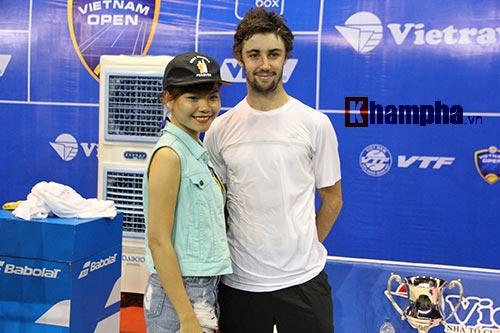 Fan nữ đuổi theo nhà vô địch Vietnam Open tới tận phòng nghỉ - 1
