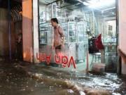Tin tức trong ngày - TPHCM: Mưa kết hợp với triều cường, nước chảy ào ạt vào nhà dân