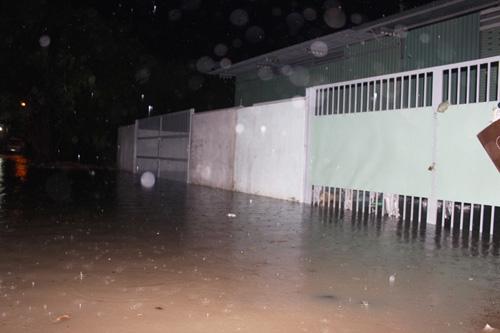 TPHCM: Vỡ bờ bao, dân tháo chạy khỏi nhà trong đêm - 4