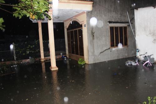 TPHCM: Vỡ bờ bao, dân tháo chạy khỏi nhà trong đêm - 1