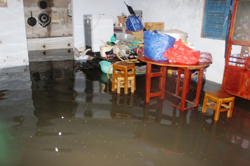 TPHCM: Vỡ bờ bao, dân tháo chạy khỏi nhà trong đêm - 2