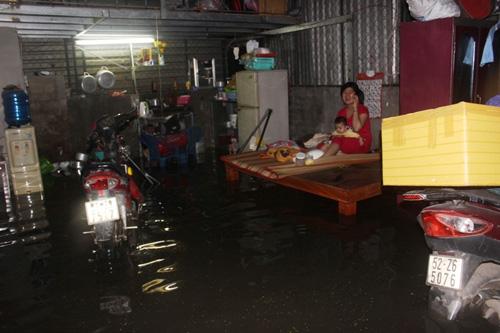 TPHCM: Vỡ bờ bao, dân tháo chạy khỏi nhà trong đêm - 3