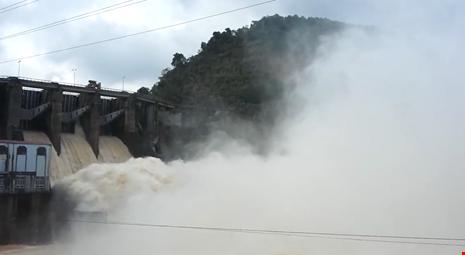 136 hồ tại Quảng Bình đang tràn tự do và xả lũ - 1
