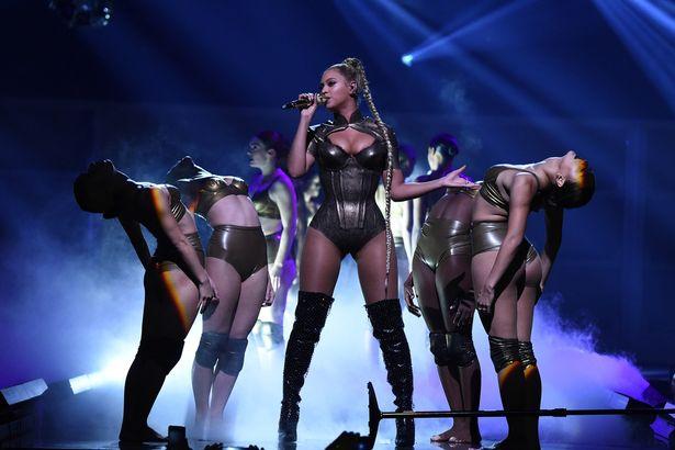 Video: Beyonce biểu diễn với một bên tai chảy máu - 1