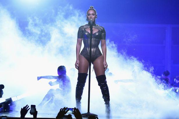 Video: Beyonce biểu diễn với một bên tai chảy máu - 4
