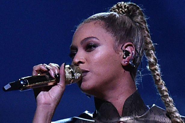 Video: Beyonce biểu diễn với một bên tai chảy máu - 3