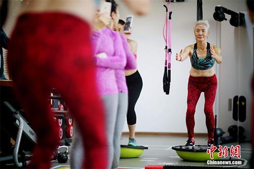 Cụ bà 71 tuổi gây sốc vì tập gym khỏe hơn thanh niên - 2