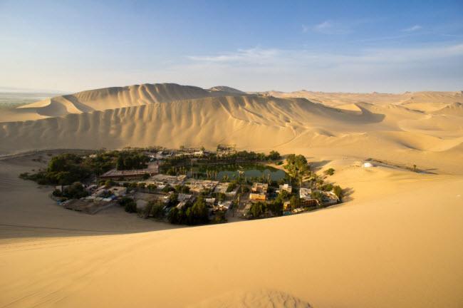 Thành phố nhỏ Huacachina được xây dựng quanh ốc đảo tươi đẹp giữa sa mạc ở Peru.
