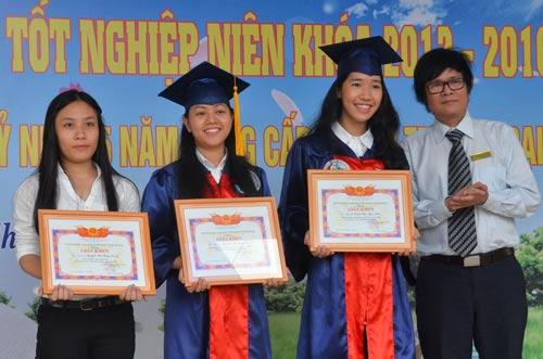 Trao bằng tốt nghiệp cho 1.002 tân kỹ sư, cử nhân - 1