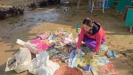 Giáo viên bật khóc nhặt sách vở trong bùn khi lũ rút - 1